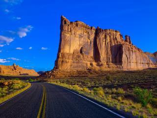 обои Дорога возле плоской горы фото