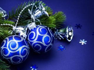 обои Синие новогодние игрушки и веточка фото
