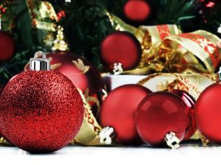 обои Шары у елки и подарок фото