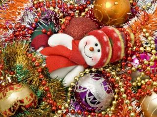 обои Снеговичок среди игрушек фото