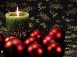 обои Темная свеча и игрушки фото