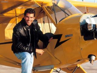 обои Авиалюбитель у самолета фото