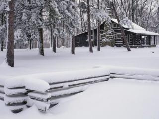 обои Избушка в зимнем лесу фото
