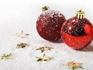 обои Красные игрушки припорошенные снегом фото