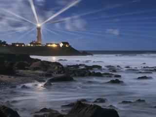 обои Яркий маяк на берегу моря фото