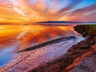 обои Красный закат на большом озере фото