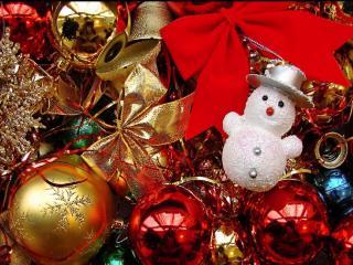 обои Снеговик и Новогодние шары фото