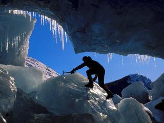обои Альпинист в расщелине фото