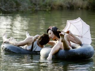 обои Влюбленные на озере с зотом на камерах фото