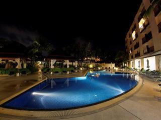 обои Бассейн у отеля темной ночью фото