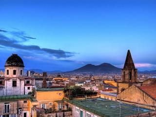 обои Панорама города у горы фото
