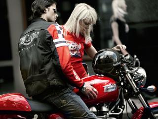 обои Пара молодых людей у мотоцикла фото