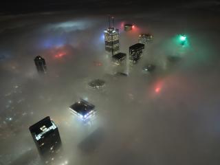 обои Город сквозь туман в ночи фото