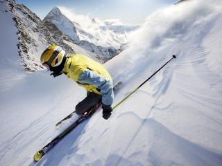 обои На склонах гор лыжникк фото