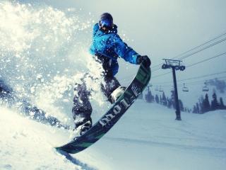обои У канатной дороги сноубордист фото