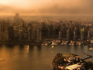 обои Пасмурная погодa над городом у воды фото