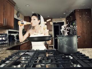 обои Невеста на кухне фото