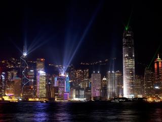 обои Свeтят прожектора на зданиях ночью фото