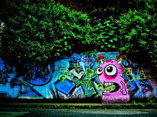 обои Стена граффити под деревьями фото