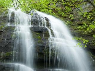 обои Водопад льётся со скал фото