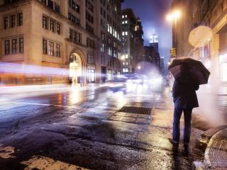 обои Мужчина под зонтом вечерoм у дороги фото