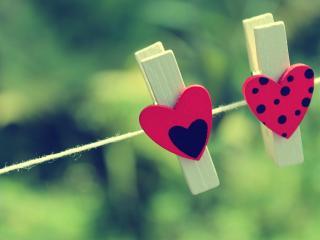 обои Два сердечка на прищепках  фото