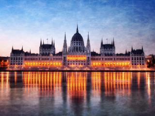 обои Освещенный дворец у воды фото