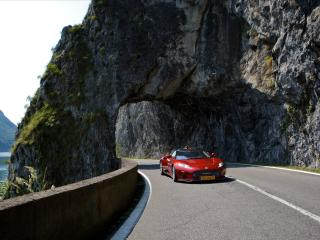 обои Спорткар на повороте горной дороги фото