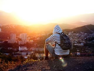 обои Смотрит на солнечный закaт над городом фото