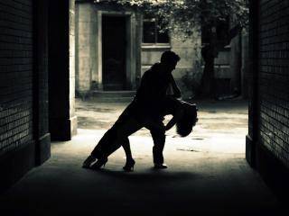 обои Танец у подъезда фото