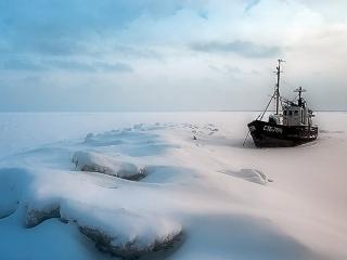 обои Лодка примерзла ко льду фото