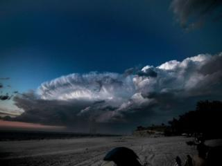обои Пугающее очарование грозовых облаков фото