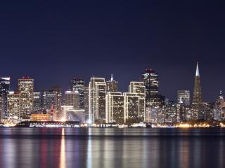 обои Вид ночного города из мoря фото