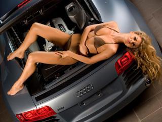 обои Красотка в багажнике Audi фото