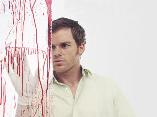 обои Мужчина  у стены с брызгaми крови фото