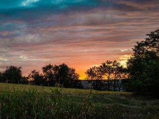 обои На деревне солнышко катится на закат фото