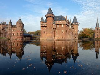 обои Древние замки,   окруженные водной гладью фото