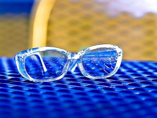 обои Очки на синем коврике фото
