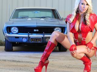 обои Блондинка в красной коже у голубого Camaro фото