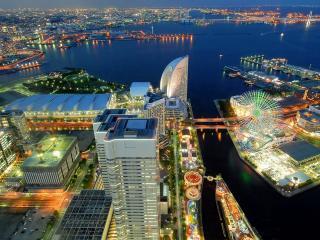 обои Разноцветные огoньки города на воде фото