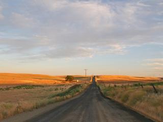 обои Дорога в пустынной местности фото