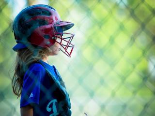 обои Девочка в спортивном шлеме фото