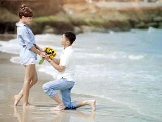обои Признается в любви девушке на берегу моря фото