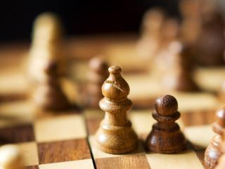 обои Деревянные шахматы на доскe фото