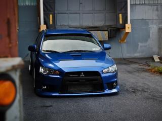 обои Синяя Mitsubishi Lancer возле дома фото