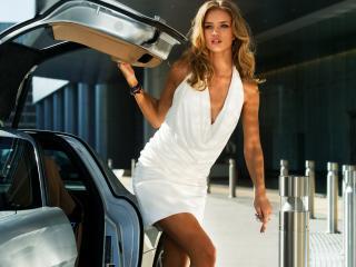 обои Блондинка в белом у автомобиля трансформера фото