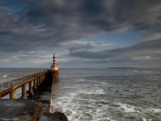 обои Маяк на берегу неспокойного моря фото