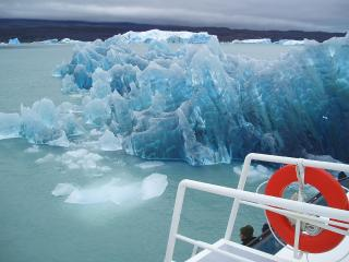 обои Моряки наткнулись на айсберг фото