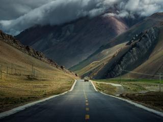 обои Прямой отрезок дороги между двух холмов фото