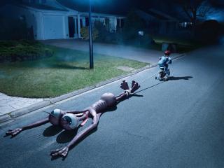 обои Ребенок изловил инопланетянена фото